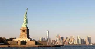Die berühmte Freiheitsstatue mit Blick auf die Skyline von Manhattan.