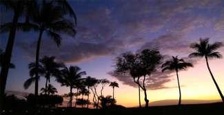 Genießen Sie bei einem guten Glas Wein die Sonnenuntergänge auf Hawaii.