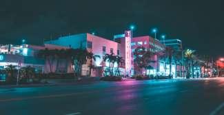 Abends sollten Sie das Nachtleben auf der Collins Avenue erleben.