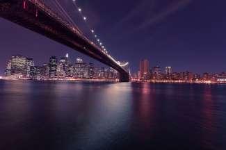 Die Brooklyn Bridge bei Nacht.
