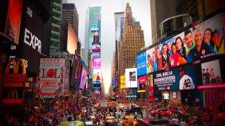 Der Times Square ist immer gut besucht und leuchtet in schrillen bunten Farben.