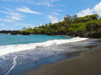Der schwarze Strand (Black Sand Beach) befindet sich im Wai'anapanapa State Park auf Maui.
