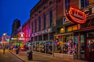 Besuchen Sie in Memphis die bekannte Beale Street mit verschiedenen Geschäften, Bars und Restaurants.