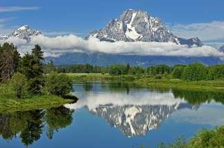 Der Grand Teton Nationalpark liegt im Westen von Wyoming und bietet beeindruckende Granitwände und Canyons.