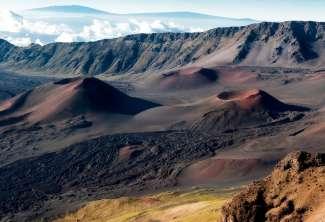 Besuchen Sie den Haleakala-Nationalpark bei Sonnenaufgang und erleben Sie ein großartiges Spiel mit Farbe und Licht.