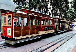 Bei den Cable Cars handelt es sich um eine alte Kabelstraßenbahn, die bei Touristen sehr beliebt ist.
