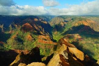 """Der Waimea Canyon liegt an der Südwestseite von Kauai und wird auch """"Grand Canyon des Pazifiks"""" genannt."""