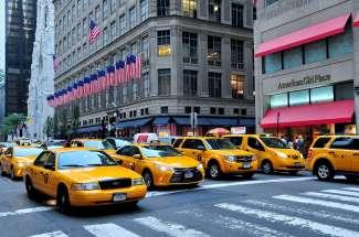 Die gelben Taxis in New York sind vielen aus Film und Fernsehen bekannt.