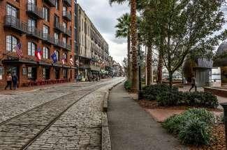 Schlendern Sie die River Street entlang , hier gibt es verschiedene Restaurants, Boutiquen, Galerien und Ateliers.