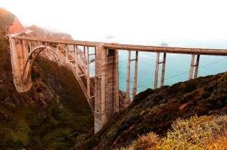Die wunderschöne Bixby Bridge liegt am Highway 1, ca. 30 km von Monterey.