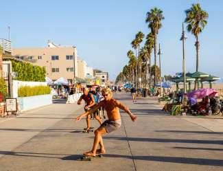 Der Venice Boardwalk in Venice Beach mit speziellen Geschäften, Straßenkünstlern und Restaurants.