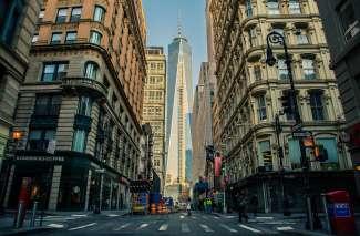 Die Straßen von Manhattan mit Blick auf das One World Trade Center.