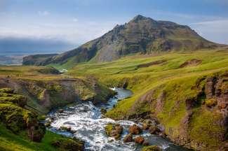 Die grüne und hügelige Landschaft Islands lädt zu abenteuerlichen Wanderungen ein.