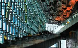 Der Harpa-Konzertsaal in Reykjavik ist eine wunderschöne architektonische Struktur.